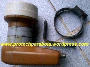Braket LNB Ku Band terbuat dari Plat Besi berbentuk L dan clam selang untuk mengikat di Skalar Ring  C Band atau pada tiang Fokus Dish Offset